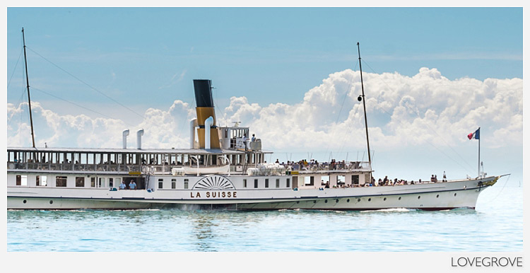 09. A paddle steamer passed us by.